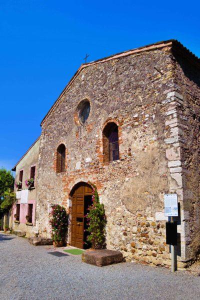 Chiesa di San Pietro in Mavino。3つの半円形の入り口や窓がかわいい。