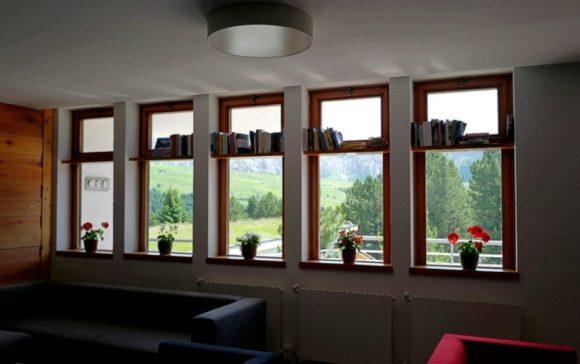 窓の向こうはドロミテの山。