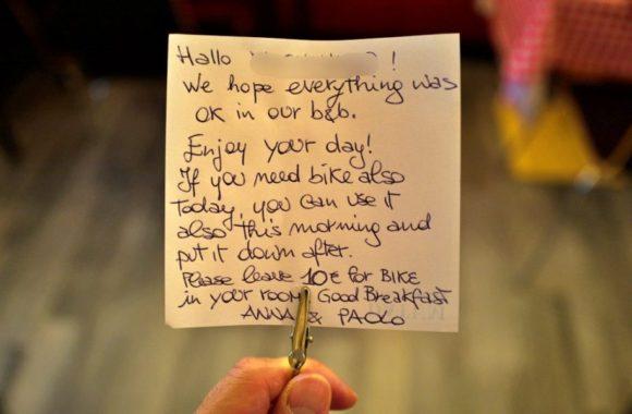 パオロが私に宛てたメッセージ。良い1日を!自転車のレンタル代は部屋に置いていってね。とのこと。