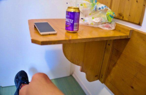 折り畳み式のテーブルも便利だ。