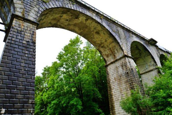 街のはずれにある陸橋。