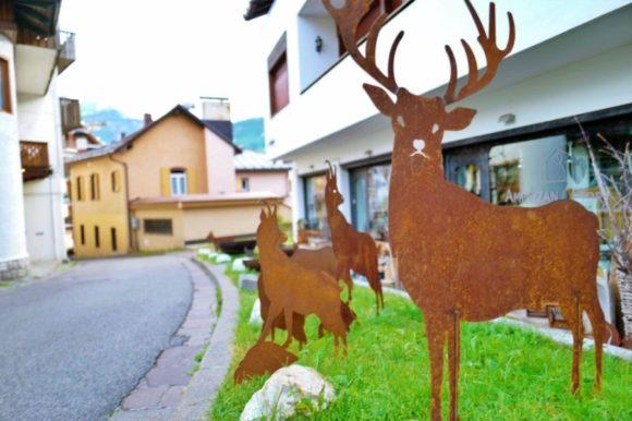 わき道には鉄板でできた鹿のオブジェ。これ販売してます。