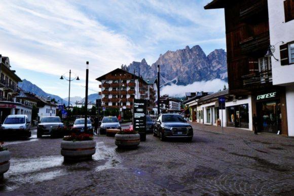 ぐるりと山に囲まれるコルティナダンペッツォの街