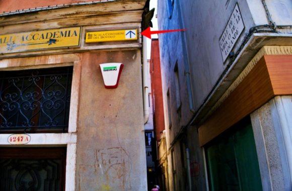 ボヴォロ階段への標識を見落とさぬよう注意!