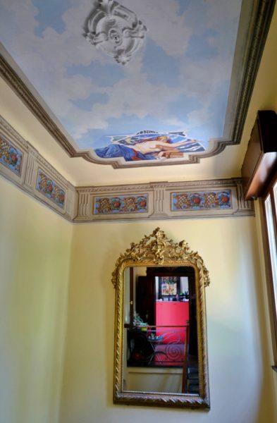 吹き抜けの天井画もナイス。
