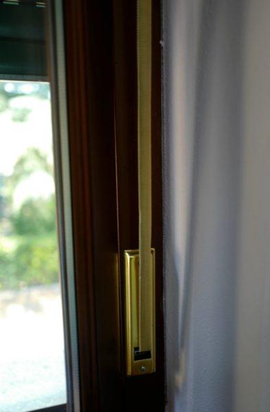 窓の紐をひっぱり、ブラインドを開ける。