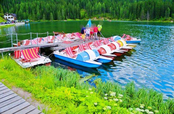 カラフルなペダルボート。