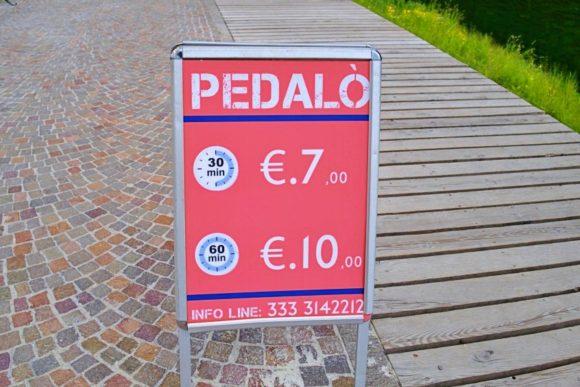 カラフルなペダルボートの料金表。