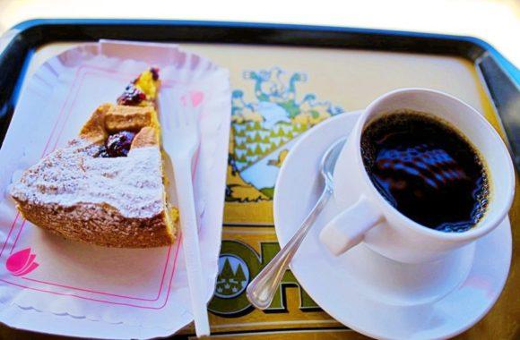 ケーキとアメリカーノ(計8ユーロ)