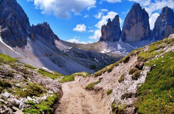 山小屋を利用すると、やや来た道を戻ることになる。
