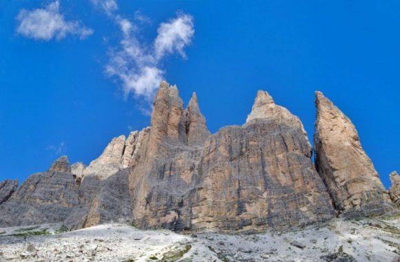 岩山を見上げながら足を進める。