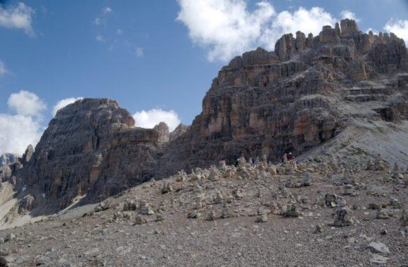3つの岩山の向かいにも積み石があった。