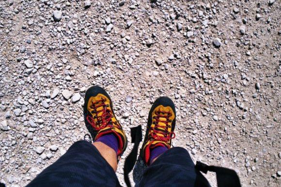 コロンビアのトレッキングシューズを愛用。トレッキングソックスも足の負担を軽減。