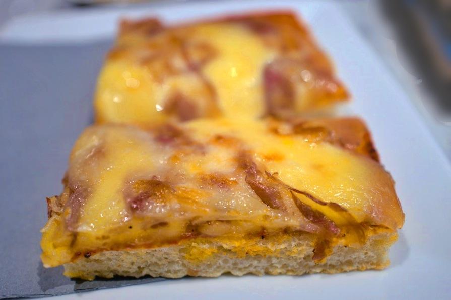 温められて出てきたベーコンとチーズのトースト。食べ応えある!
