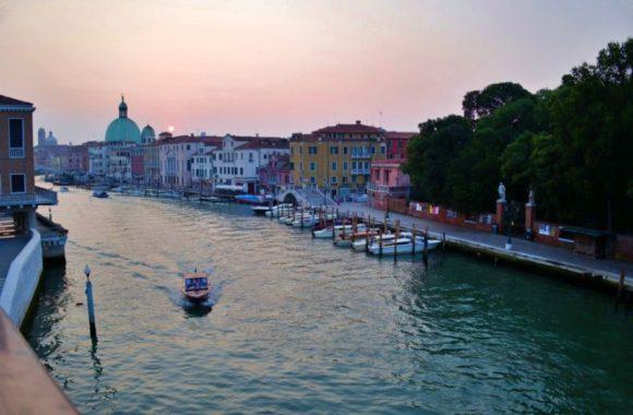 日の出と運河。