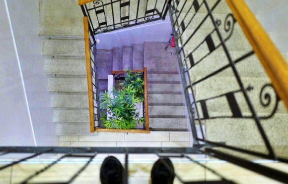 吹き抜けの階段。