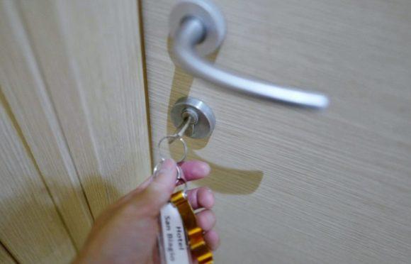 入室キーで部屋に入ります。