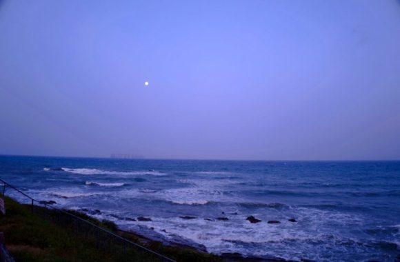 夜明けの月と太平洋。