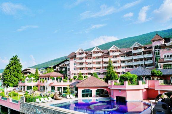 ピンクのホテルがかわいい。プールもイイネ!