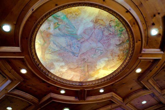 天井画も新しさの中に歴史を感じる