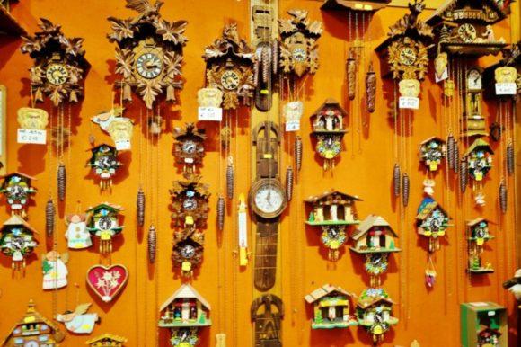 かわいい鳩時計。峠まで来て買う人っているのか?