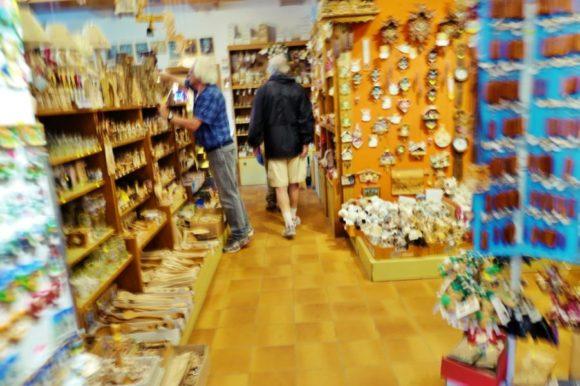 ファルツァレゴ峠のお土産屋店内。