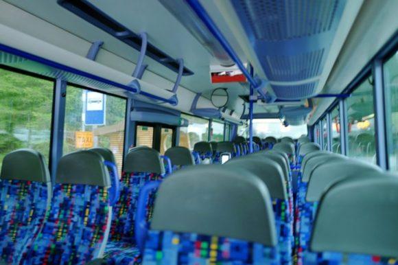 空いているバスの車内