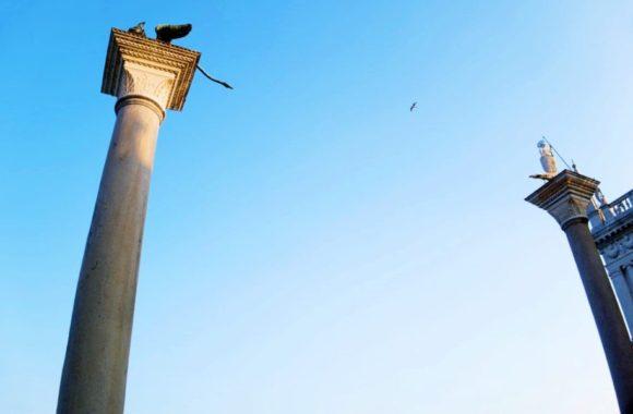 柱の上には有翼の獅子が載っている。