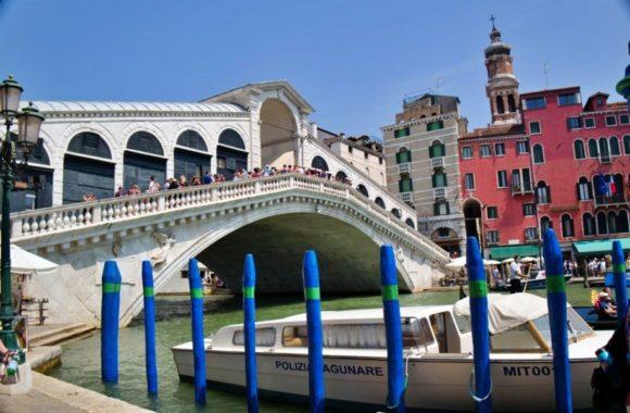 沢山の観光客が橋の上に。