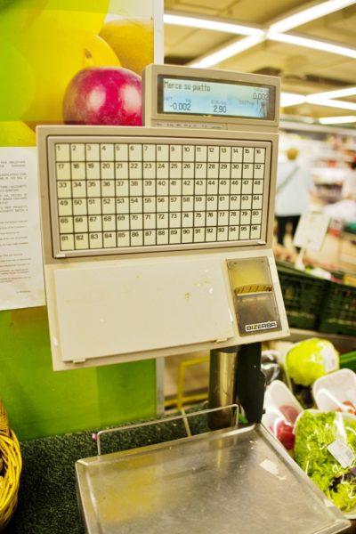 スーパーの計量器。シールが出てきます。