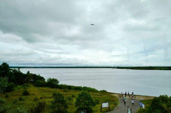 ウトナイ湖上空を飛行機が飛ぶ。