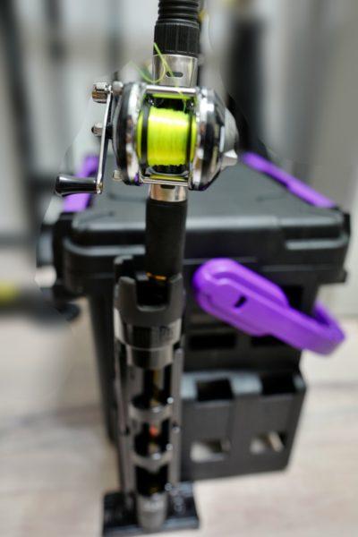 穴釣りロッド「プロマリン テトラ大物EX 120M」はスッと入る。