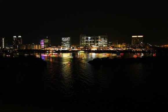 レインボーブリッジから屋形船を見る。