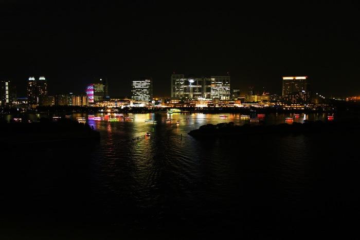 海面に夜景が反射してきれいです。