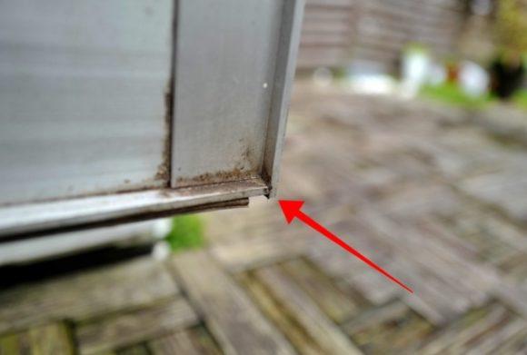 翌日撮影したドアの角。結構汚れていた。