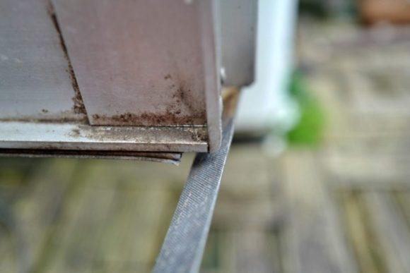 鉄やすりで削る。住まいに潜む危険。小さい子がいたらたまったもんじゃないな!