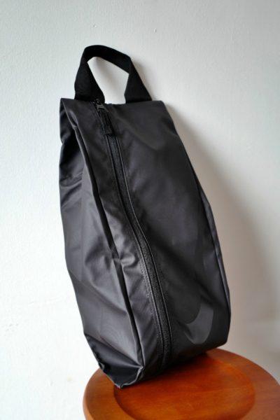 ランニングシューズが入った状態のバッグ。