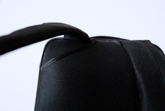 肩部分のポケット。何に使う?