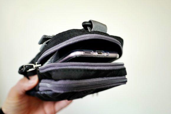 内側のポケットにスマホを。