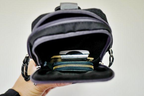外側のポケットにはコインケースとマネークリップを収納。