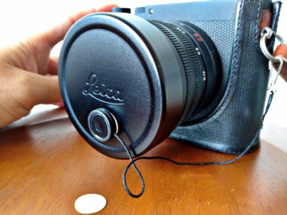 LeicaQのレンズに貼り付けた様子。