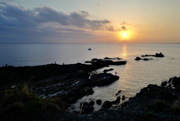 日本海に沈む夕日。釣り人もちらほら。