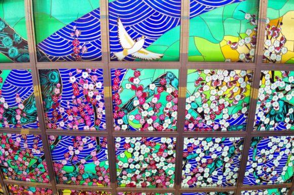 熱海駅前のステンドグラス。見上げないと気づきません。