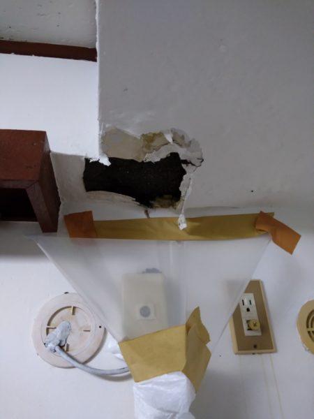 雨漏りの応急処置。壁がボロボロ。