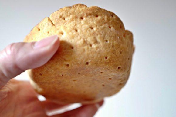 チーズケーキの底の様子。丸みを帯びたいい形状だ。