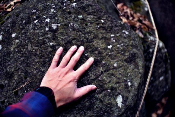 石に手を当ててみる。