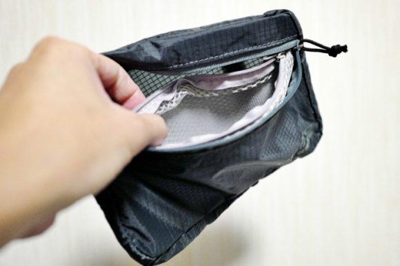 内側にポケット。