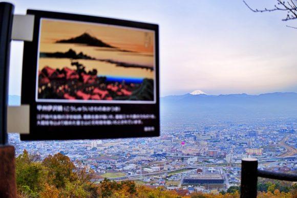 後方にわずかに富士山。
