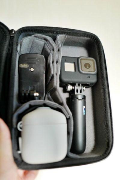 右にショーティ、左にクリップとバッテリーチャージャーを配置。