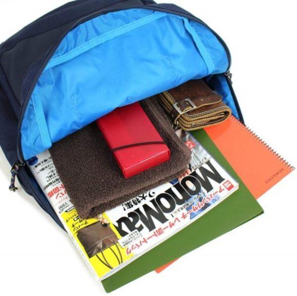 雑誌等も収納できる大きめサイズのファスナーポケット